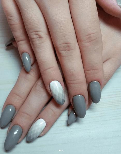 Серый маникюр с белым геометрическим рисунком-градиентом