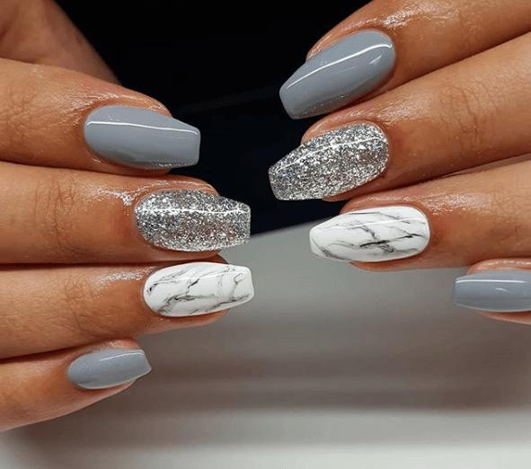 Серый маникюр с белым лаком под мрамор и серебряными блестками