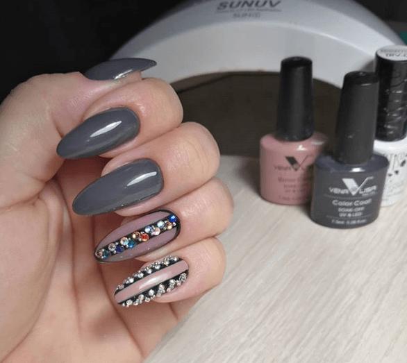Серый маникюр с черными полосами и камнями на длинные ногти