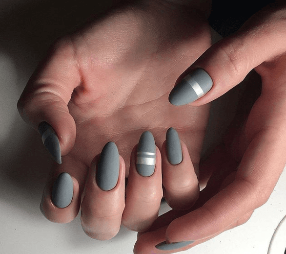 Серый маникюр с металлизированной полосой