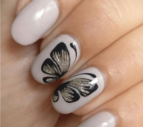 Серый маникюр с рисунком черной бабочки с блесткамми