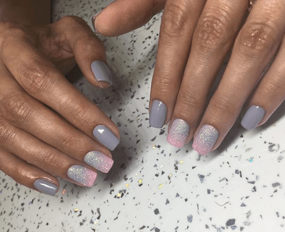 Серый маникюр с розовым градиентом и блестками