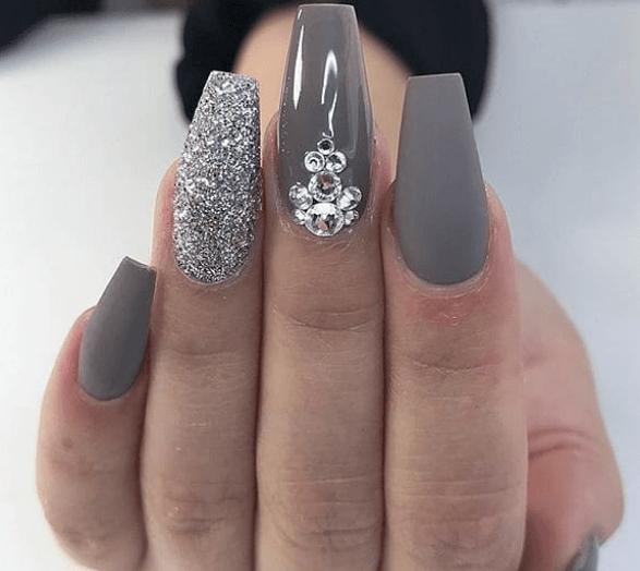 Серый маникюр с серебряными блестками и камнями