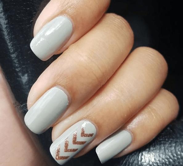 Серый маникюр с золотым узором на одном ногте