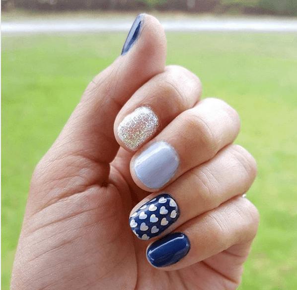 Сине-голубой маникбр с дизайном и блестками