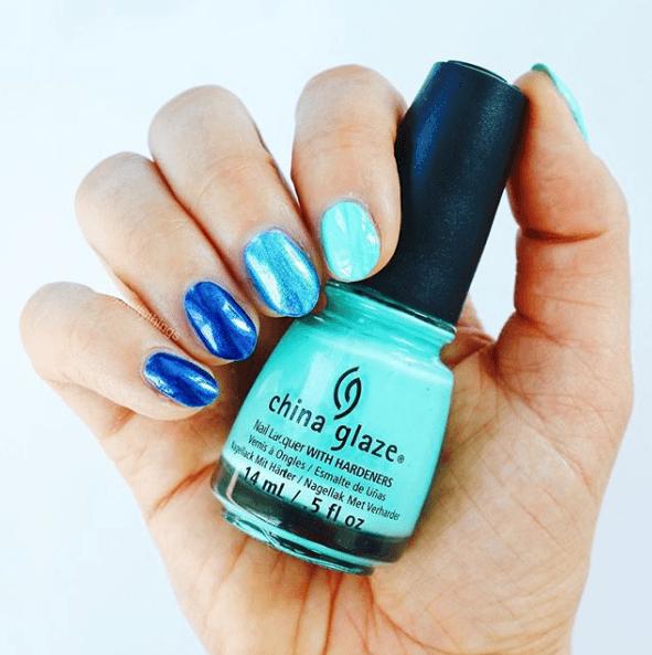 Сине-голубой блестящий маникюр