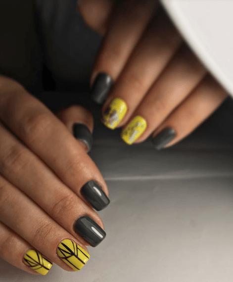 Темно-серый с желтым маникюр с черным узором