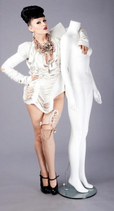 Виктория Модеста с манекеном
