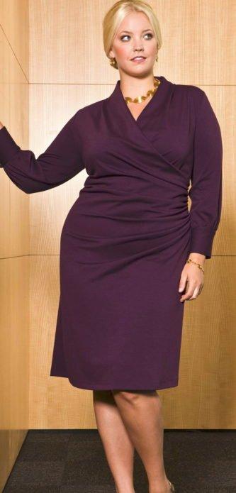 Яркое деловое платье для полной женщины