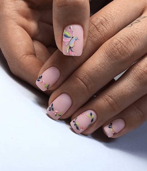 Маникюр с цветами и колибри