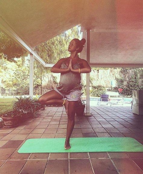 Беременная Нюша на йоге