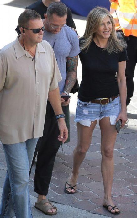 Дженнифер Энистон в коротких шортах на съемках
