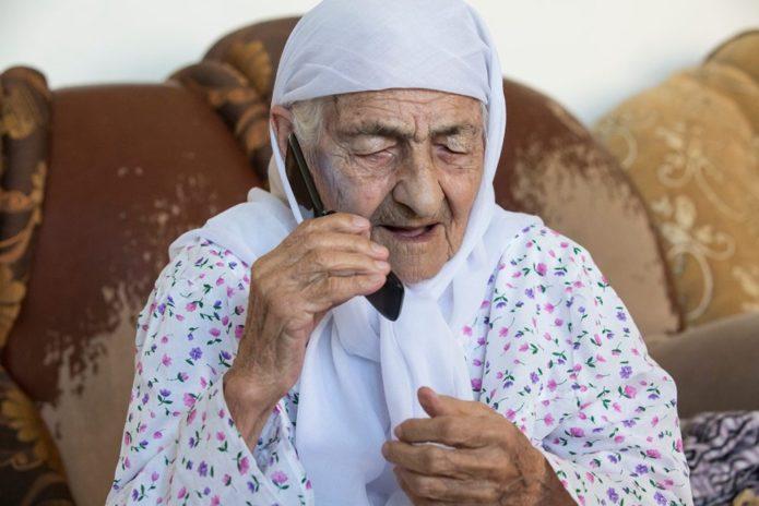 Коку Истамбулова разговаривает по сотовому телефону