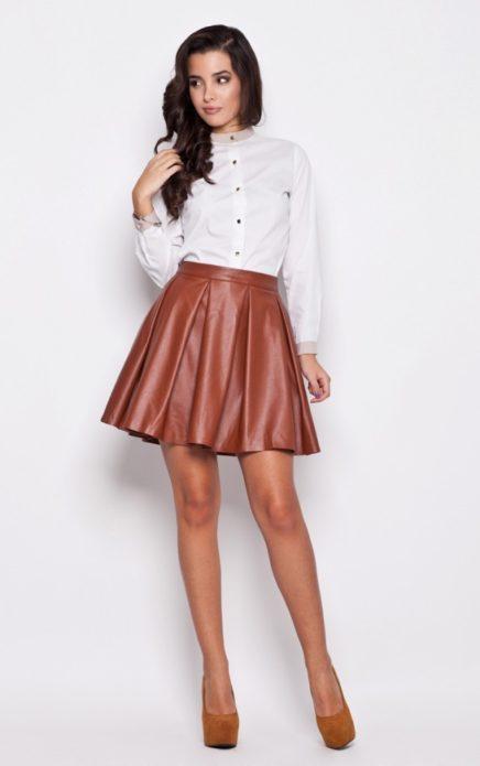 Образ с белой рубашкой, коричневой кожаной юбкой-клеш миди и замшевыми туфлями на каблуке цвета охры