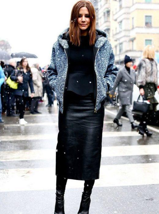 Образ с черной кожаной юбкой мини, высокими сапогами, кофтой и курткой