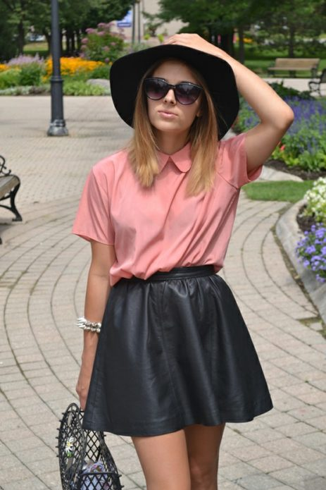 Образ с черной шляпой и кожаной юбкой, персиковой блузой и солнцезащитными очками