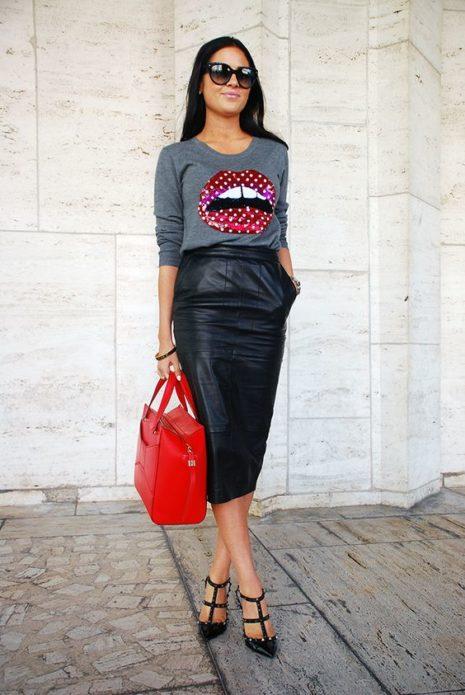 Образ с кожаной юбкой, футболкой и красной сумкой