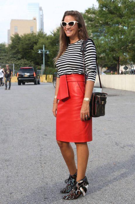 Образ с красной кожаной юбкой-миди, полосатой кофтой, ботильонами и сумочкой