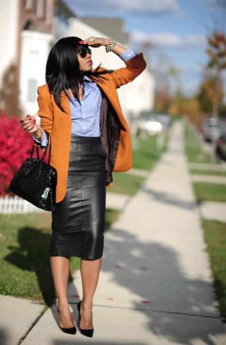 Образ с коричневым длинным пиджаком, бело-голубой блузой в полоску, черной кожаной юбкой миди, черными лодочками и сумкой