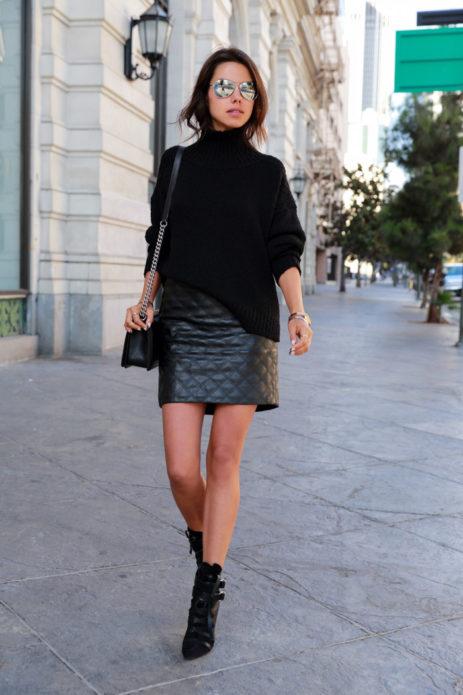 Образ с черным свитером оверсайз, черной кожаной юбкой мини, черными ботильонами и сумкой