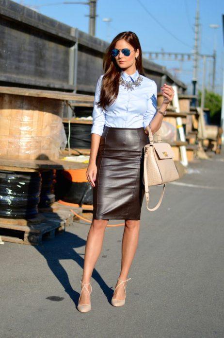 Образ с классической светло-голубой рубашкой, кожаной юбкой до середины колена, сумкой и туфляи бежевого цвета