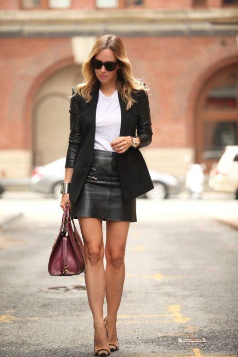 Образ с черной кожаной юбкой, черным пиджаком ниже бедер, белой футболкой, бордовой сумкой и бежевыми туфлями в полоску