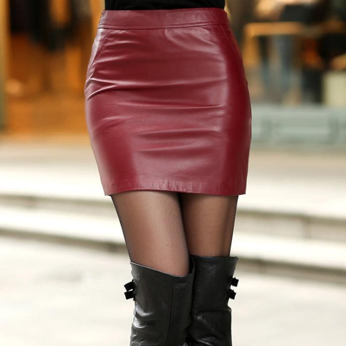 Бордовая кожаная юбка мини и черные кожаные сапоги выше колен