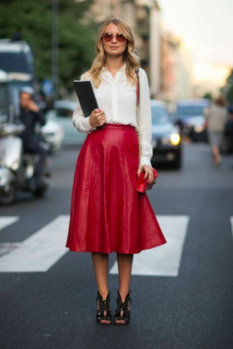 Белая блузка с длинным рукаавом красная юбка солнце миди, красная сумка и круглые очки, черные босоножки