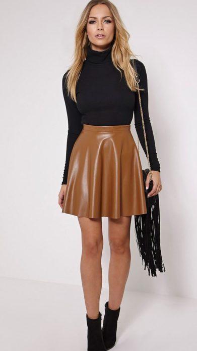 Образ из черной водолазки, светло-коричневой юбки клеш мини, черной сумки с бахромой и ботильонов