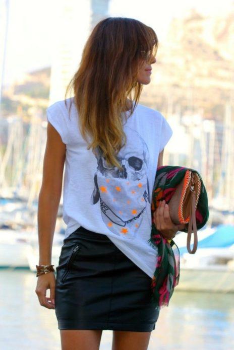 Образ из белой футболки с рисунком черепа и черной кожаной юбки мини