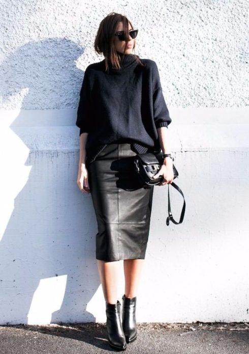 Образ с черным свитером-оверсайз, кожаной юбкой миди, ботильонами и сумочкой