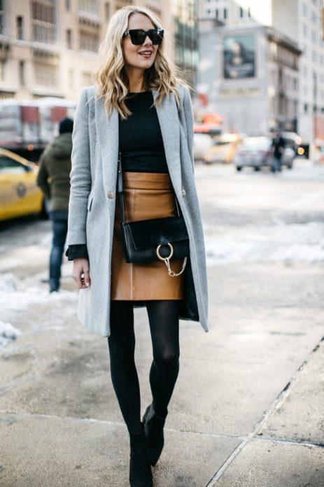 Образ из серого пальто черной кофты, колготок, сумки и ботильонов со светло-коричневой юбкой миди и солнцезащитными очками