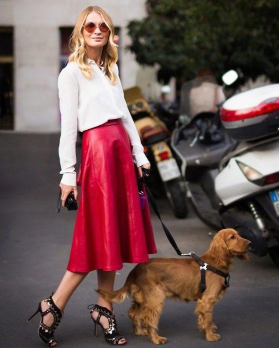 С чем носить красную кожаную юбку клеш