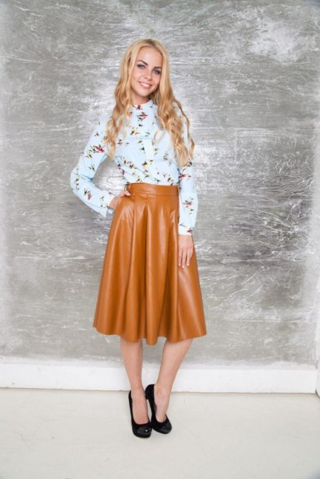 С чем носить светло-коричневую кожаную юбку
