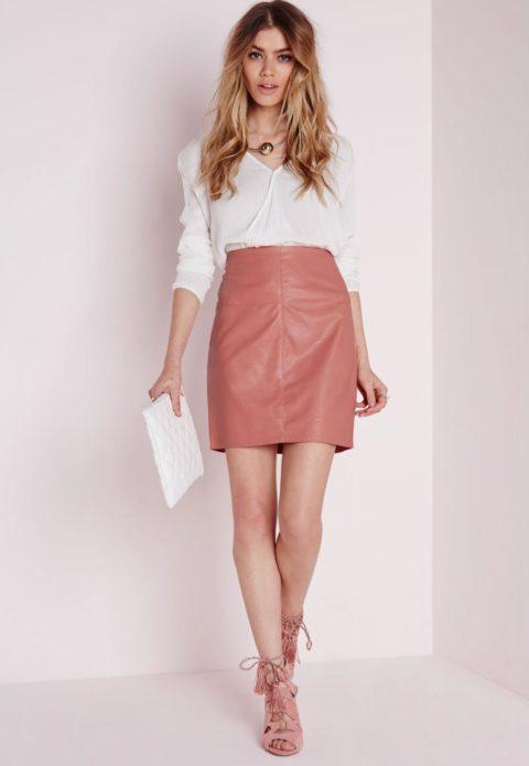 С чем носить бледно-розовую кожаную юбку