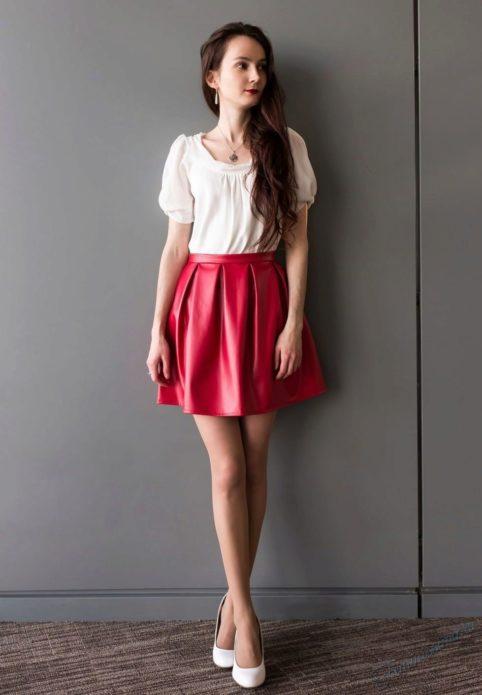 С чем носить ярко-красную кожаную юбку