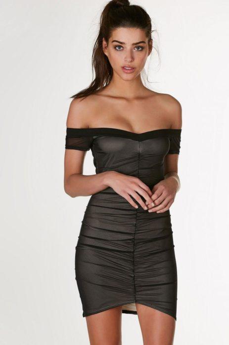 Причёска конский хвост и мини-платье с открытыми плечами