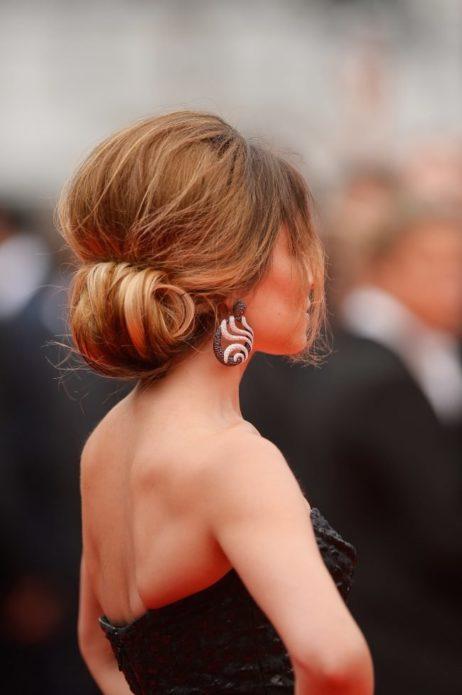 Причёска из длинных волос для платья с открытой спиной