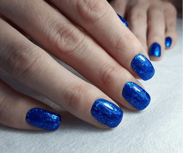 Синий маникюр со втиркой