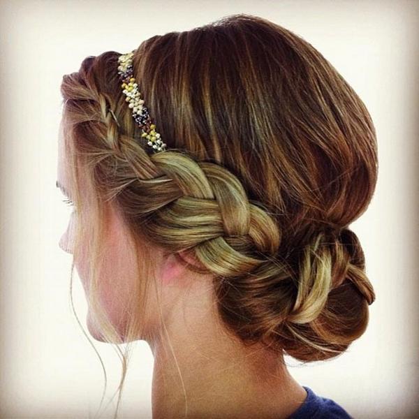Греческая прическа для длинных волос с боковой косой