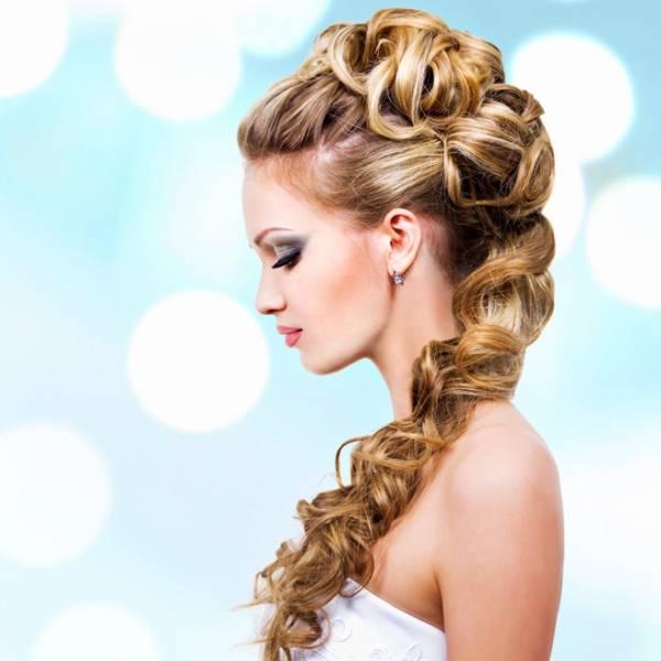 Греческая прическа для светлых длинных волос с изящной боковой косой