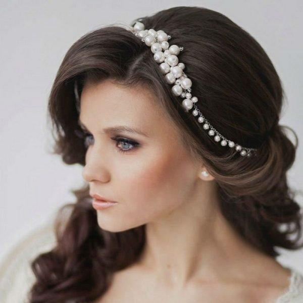 Греческая прическа для длинных волос с жемчужным ободком