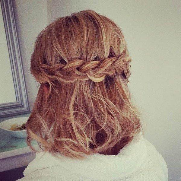 Греческая прическа для коротких волос с поперечной косой