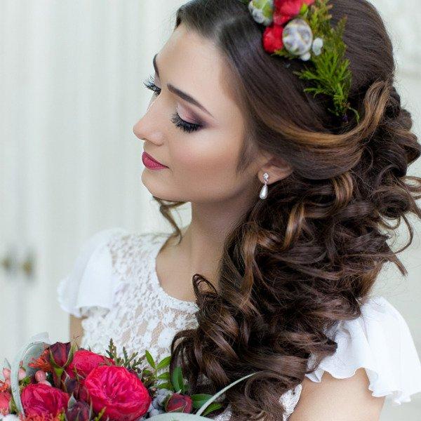Греческая прическа с искусственными цветами