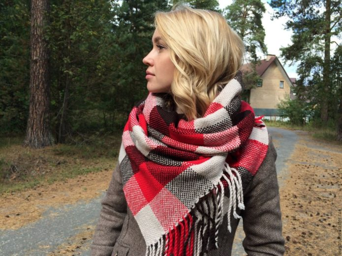 Девушка в пальто и крупном клетчатом шарфе