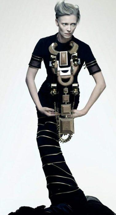 Тильда Суинтон с оригинальным ожерельем