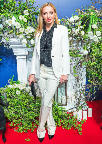 Татьяна Навка в белом костюме