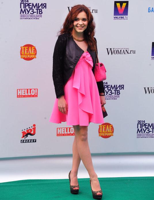 Аделина Сотникова в розовом платье