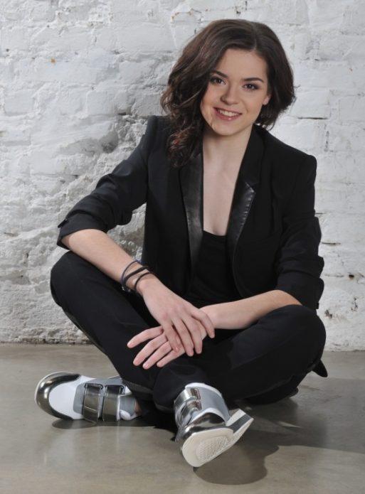 Аделина Сотникова сидит на полу