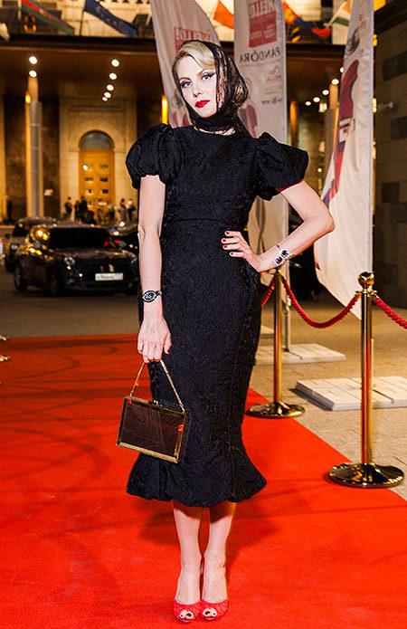 Рената Литвинова в чёрном платке